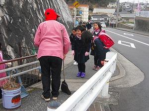 通学路清掃リポート ~美しい緑と赤のコラボ~