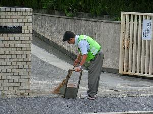 通学路清掃リポート ~児童が校門で出迎え ~