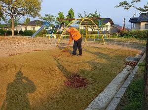 公園清掃リポート ~地面は茶色のカーペット~